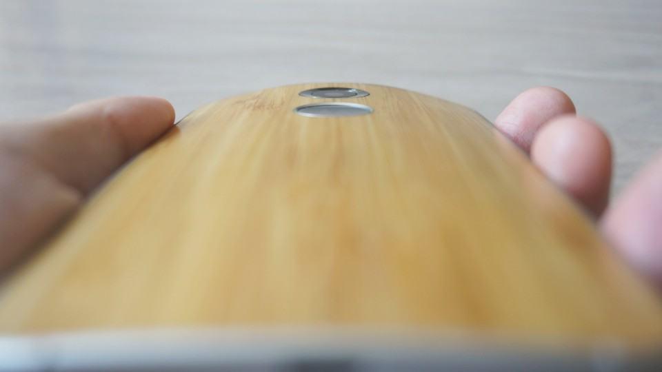Moto X de bambu no detalhe.