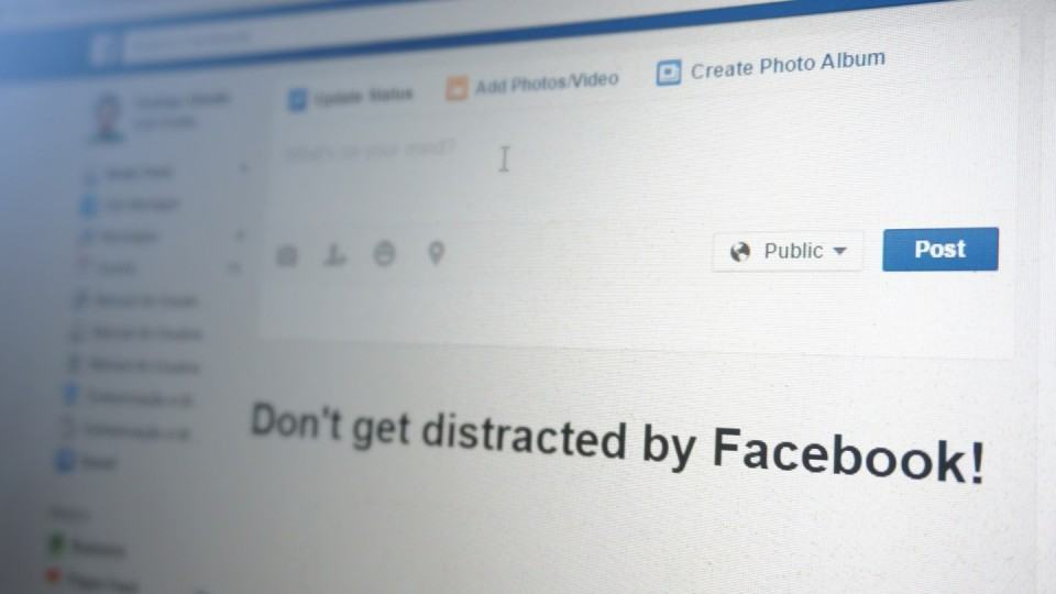 Foto do Facebook aberto em um notebook.