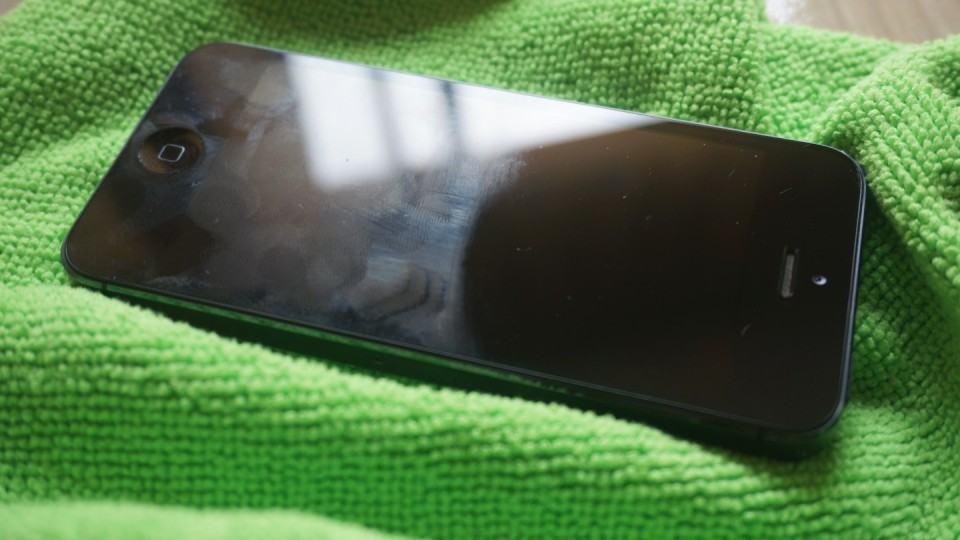 iPhone antes e depois do pano de microfibra, embaixo dele.