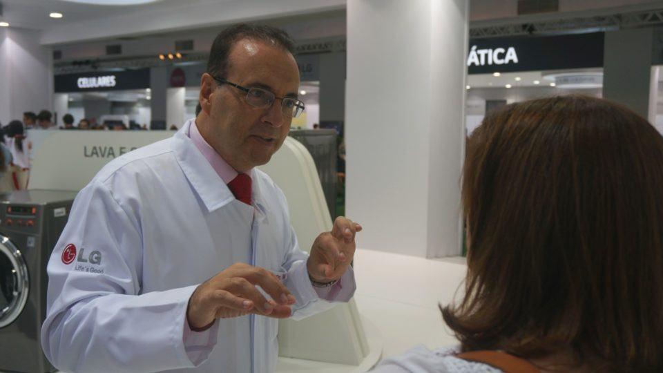 Dr. Bactéria dando explicações a uma senhora.