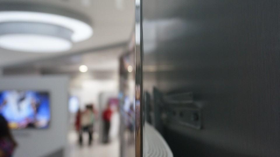 A TV 4K OLED de perfil.