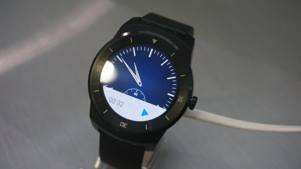 G Watch R exposto no no showroom da LG.