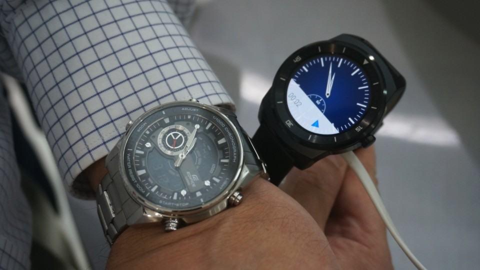 G Watch R comparado a relógio tradicional.