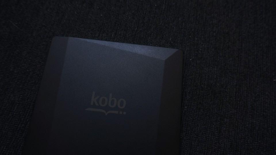Formas geométricas formam a textura do Kobo Aura H2O.