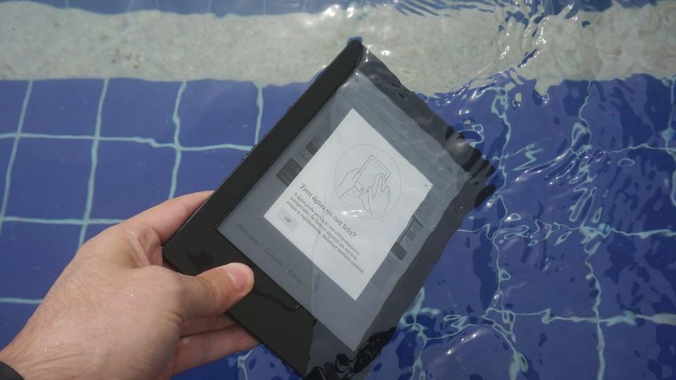 Kobo Aura H2O mergulhado na piscina.