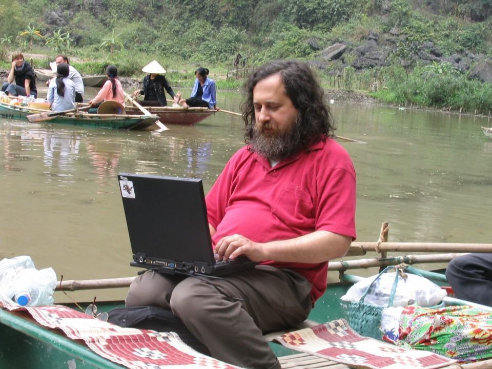 Stallman respondendo e-mails no rio.