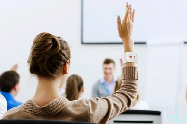 Moça levanta a mão para fazer pergunta.