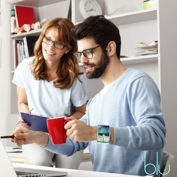 Homem bebe café usando o smartwatch Blu.