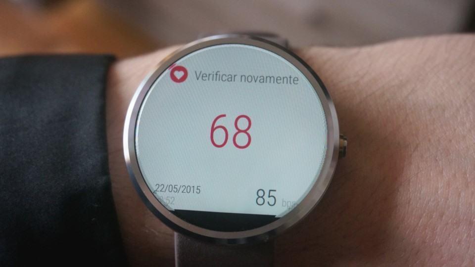 Medidor de frequência cardíaca do Moto 360.