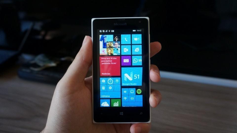 Lumia 435 na mão.