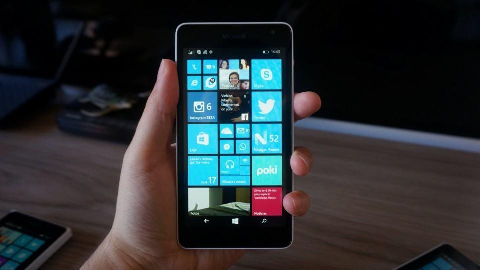 Lumia 535 na mão.
