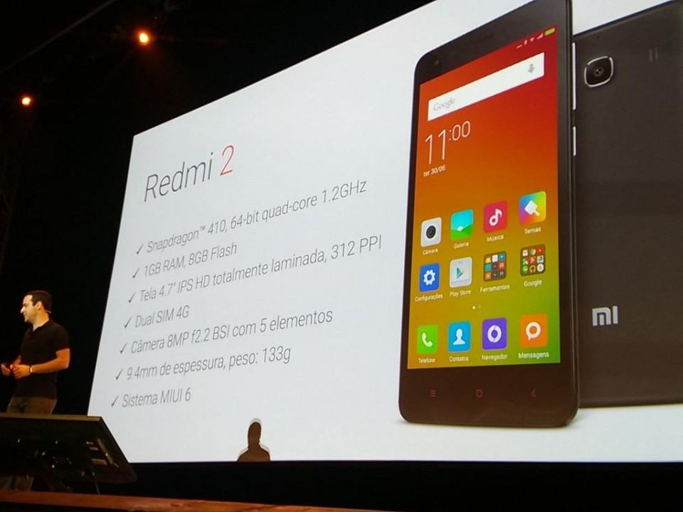 Slide com as especificações do Redmi 2 e Hugo Barra embaixo.