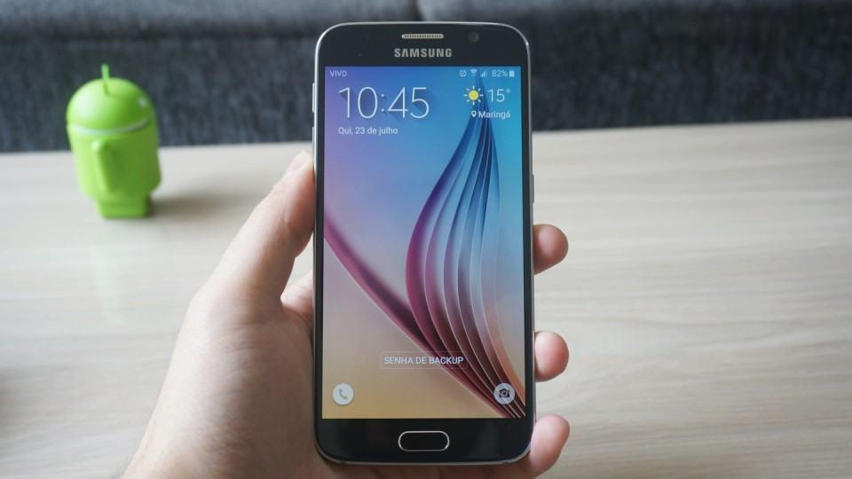 Galaxy S6 na mão.