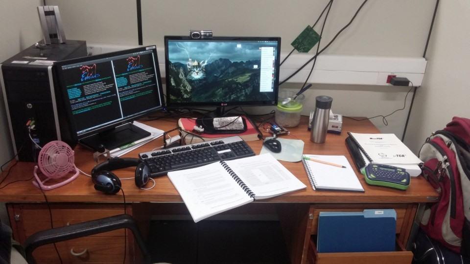 Mesa de trabalho do Aylons Hazzud.