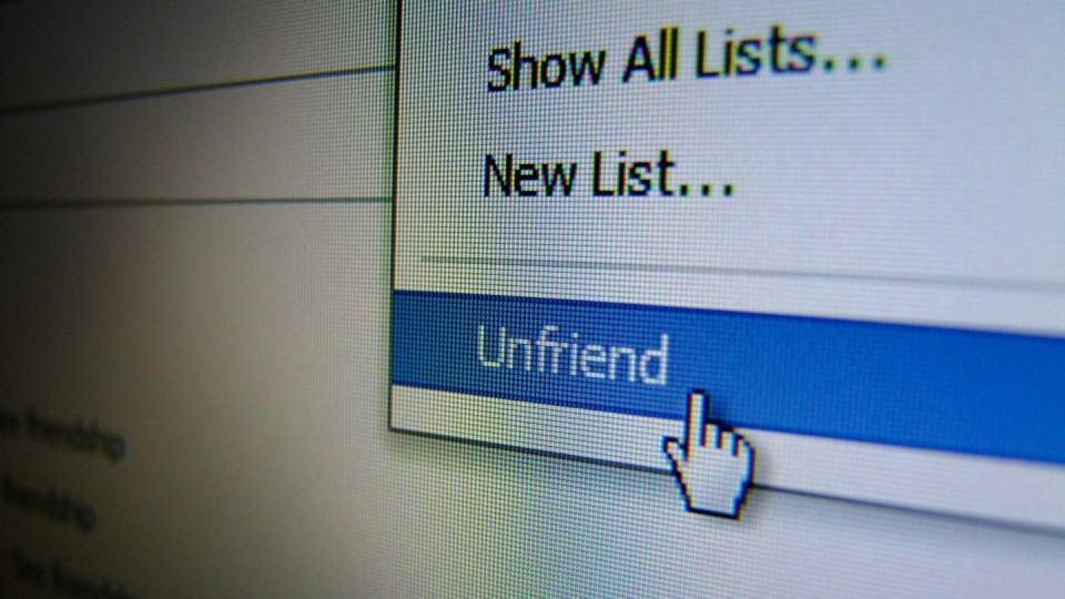 Deixando de ser amigo no Facebook.