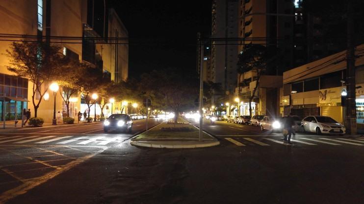 Cruzamento à noite em Maringá (G4).