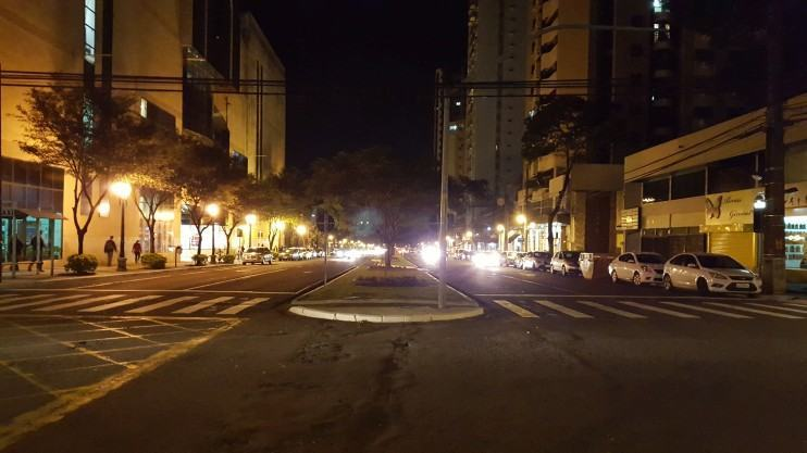 Cruzamento à noite em Maringá (Galaxy S6).