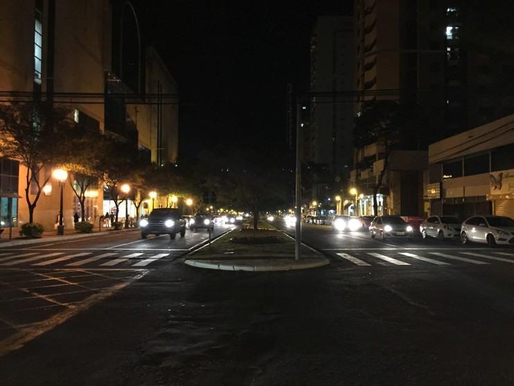 Cruzamento à noite em Maringá (iPhone 6).