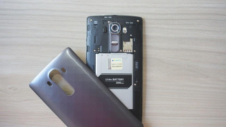 G4 com a tampa aberta e a bateria à mostra.