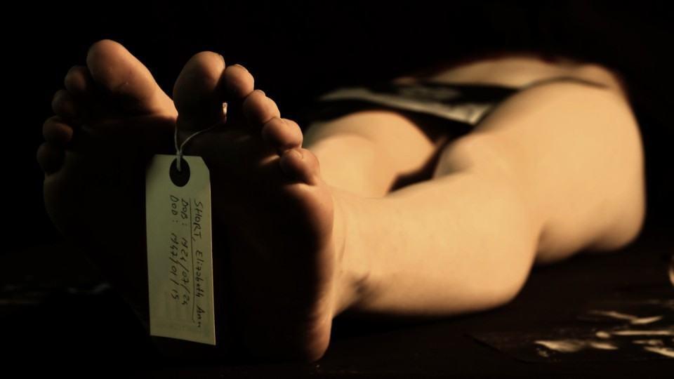 Foto fictícia de um cadáver com etiqueta de identificação no dedão.