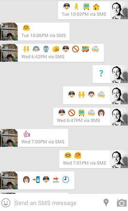 Casal conversa via celular usando apenas emoji.