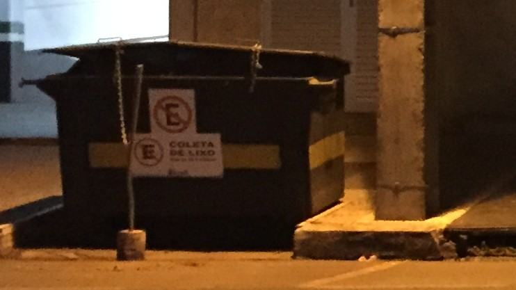 Caçamba de lixo fotografada com o iPhone 6.