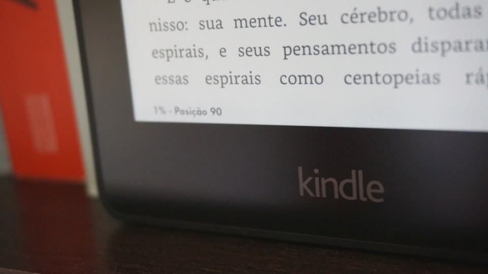 Kindle Voyage na estante.