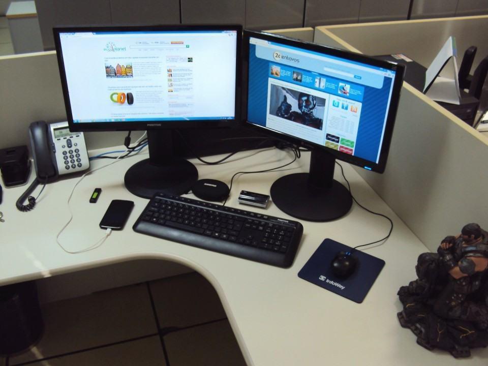 Mesa de trabalho do Juan Lourenço.