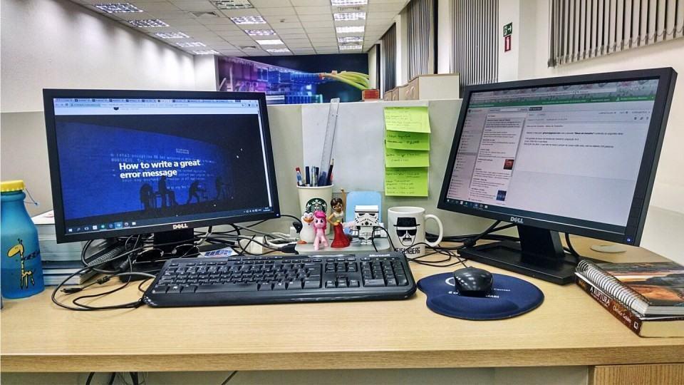 Mesa de trabalho da Ariani Martins.