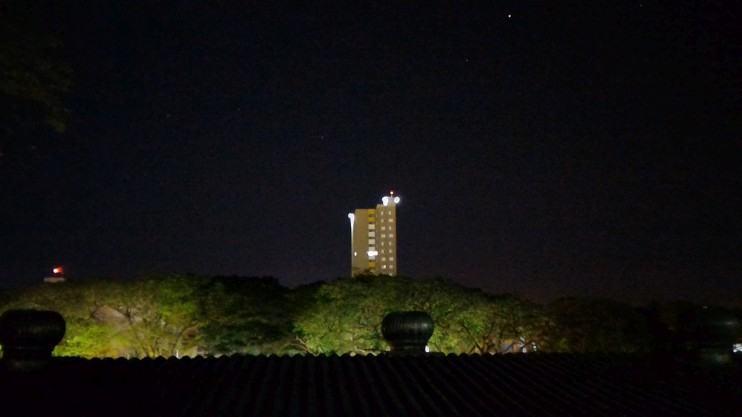 Prédio à noite.