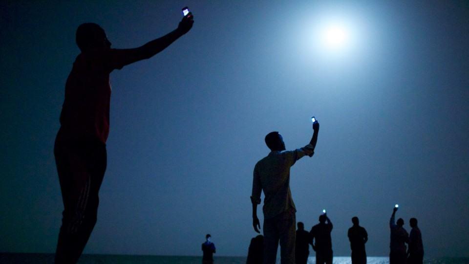 Refugiados africanos procuram sinal em Djibouti.