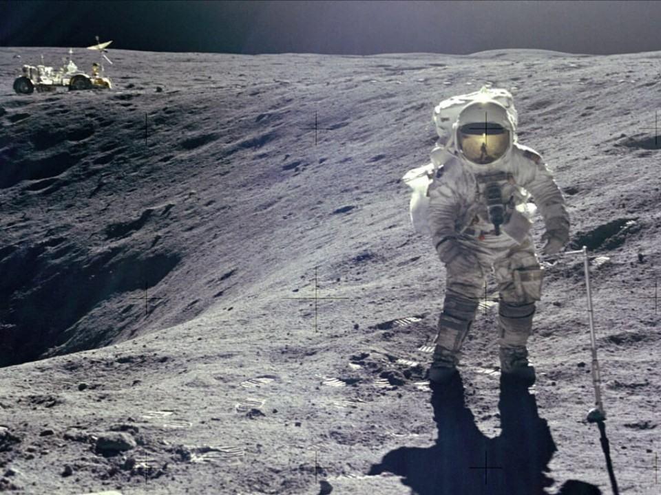 Alan Shepard jogando golfe na Lua.