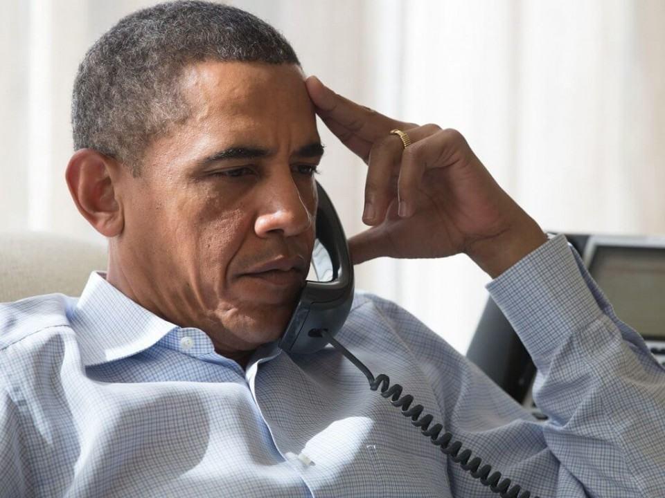 Barack Obama falando ao telefone.
