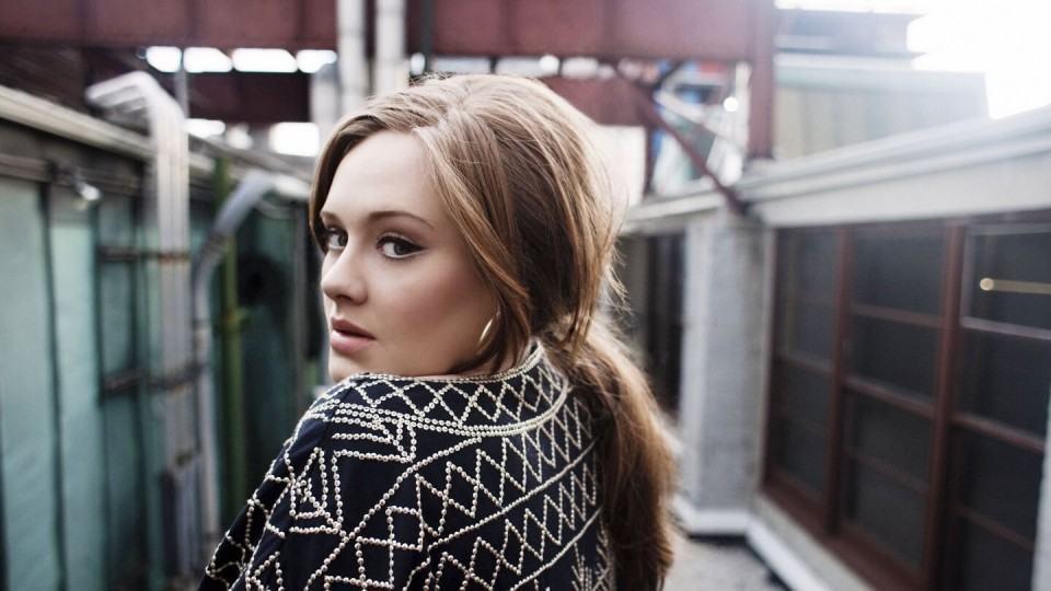 Por que tem um celular flip no clipe de Hello, da cantora Adele?