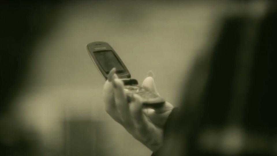 Celular flip da Adele no clipe de Hello.