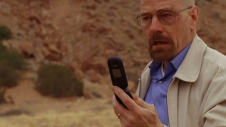 Walter White com celular flip.