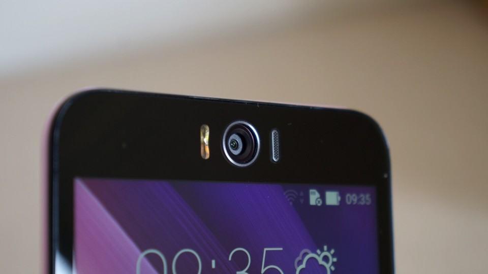 Zenfone Selfie: 13 megapixels e flash duplo na câmera frontal.