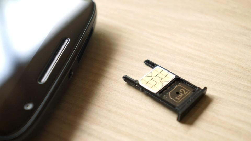 Nano SIM card na bandeja de um Moto X Play.