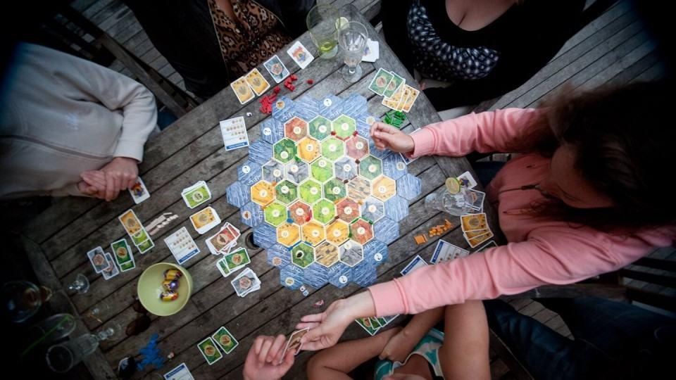Mulheres jogando Catan.