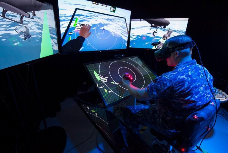 A Marinha norte-americana experimenta o Oculus Rift.