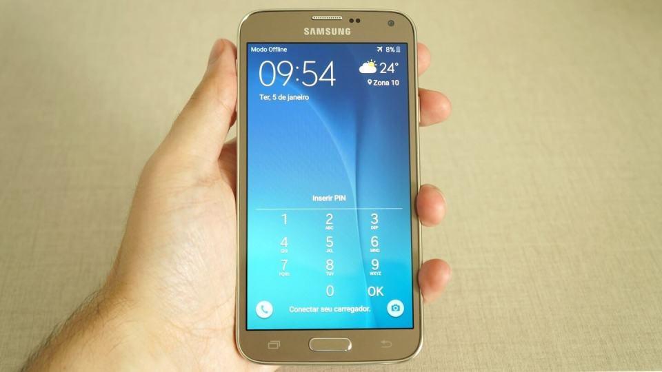 O Galaxy S5 New Edition tem um tamanho confortável de segurar.