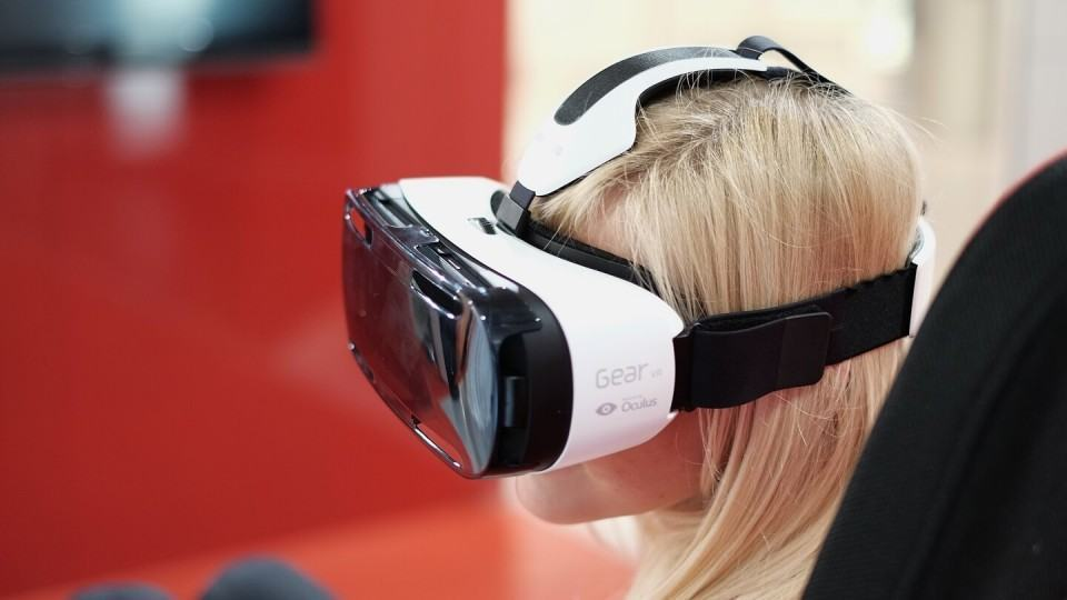 Mulher usando Gear VR.