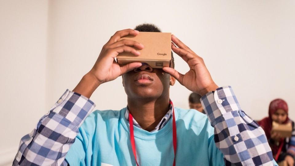Homem usando Google Cardboard.
