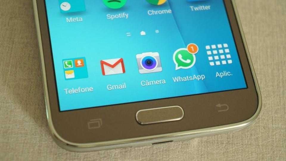 Detalhe da tela e botões frontais do Galaxy S5 New Edition.