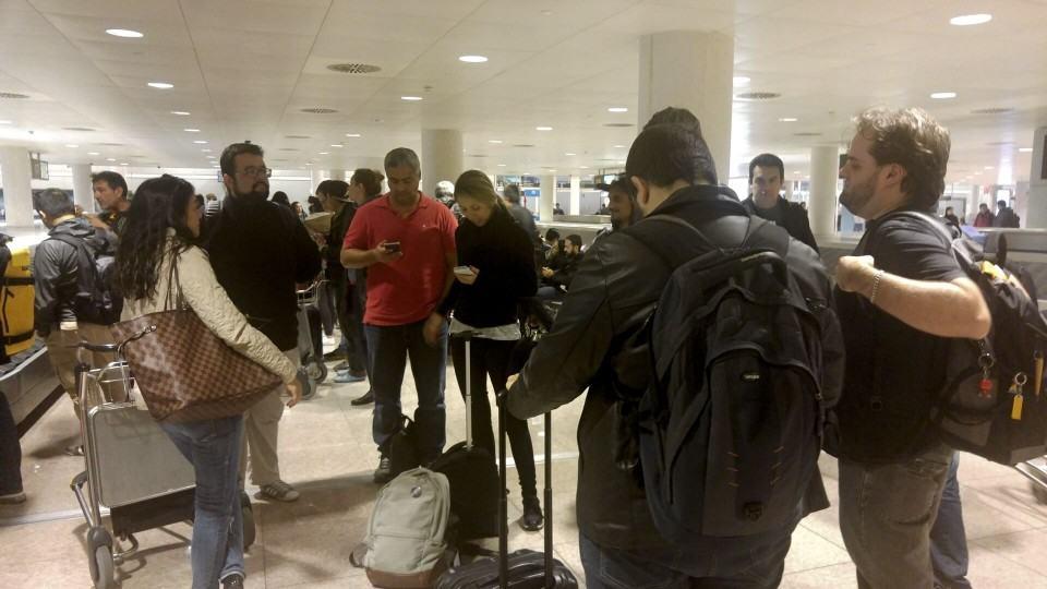 Jornalistas em aeroporto.