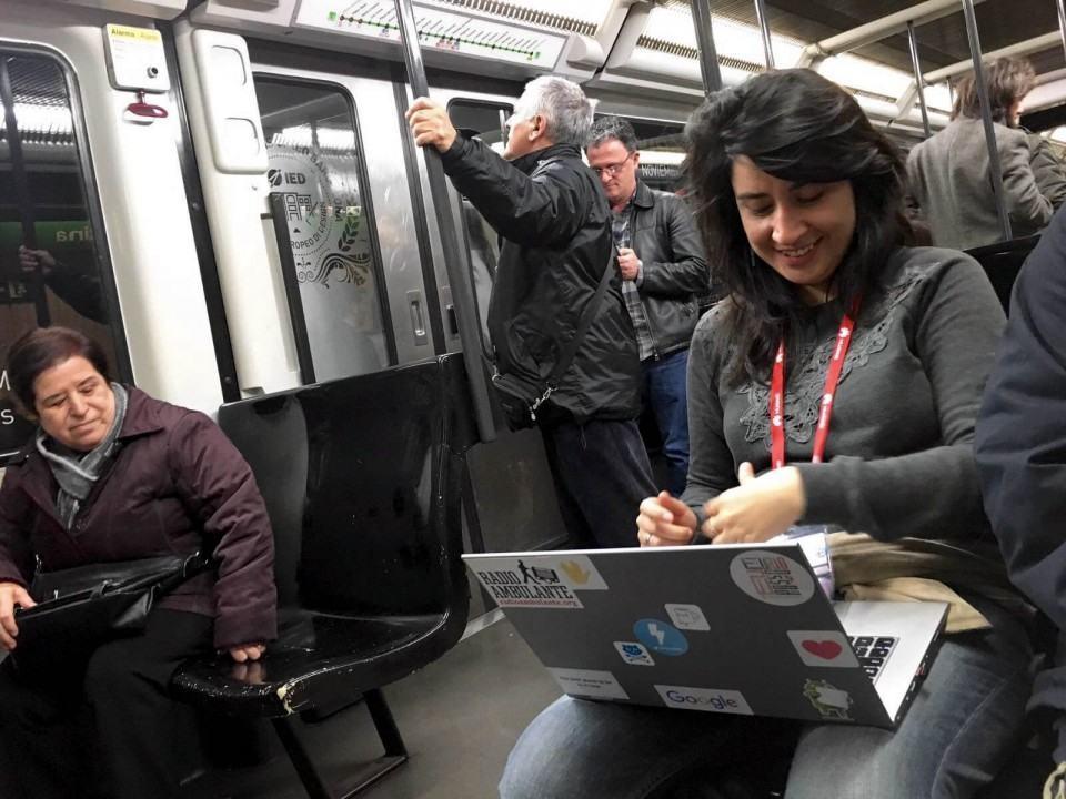 Emily escrevendo o post no metrô.