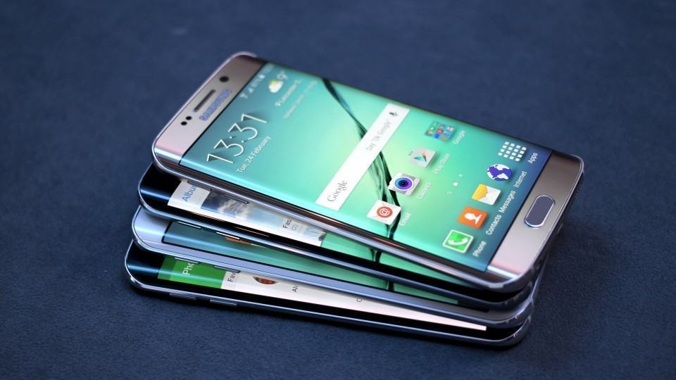 Galaxy S6 edge empilhados.