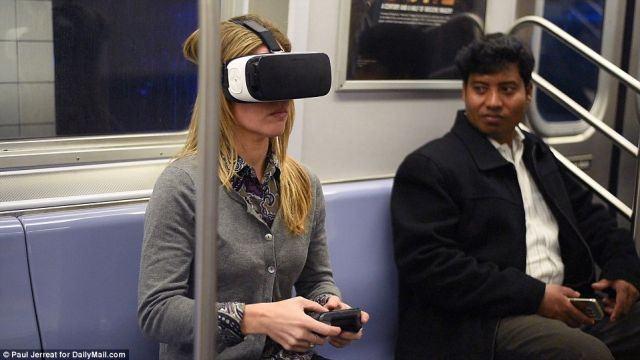 Mulher jogando em um Gear VR no metrô.
