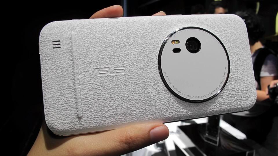 Câmera do Zenfone Zoom no detalhe.