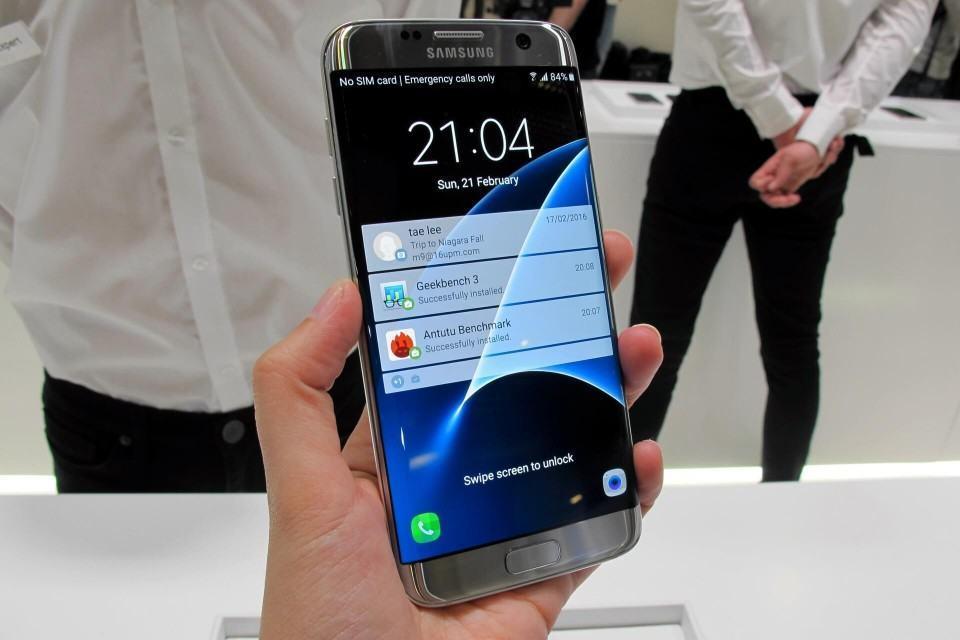 Galaxy S7 edge na mão com sua tela curva nas laterais.
